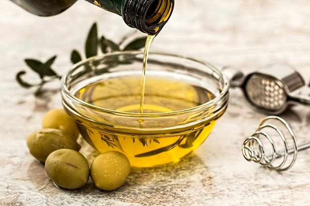 This image has an empty alt attribute; its file name is olive-oil-968657_640.jpg